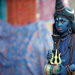 An Indian boy dressed up as a Hindu deity. (Pic via jolandblog.com)