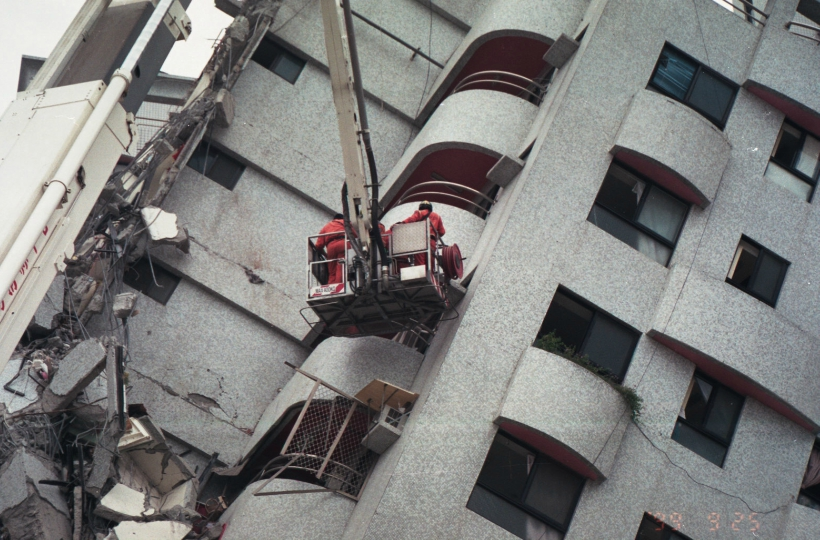 Rescue efforts in 1999, after the Jiji earthquake or, locally known as the 921 earthquake . (Photo Credit: Wiki Commons)